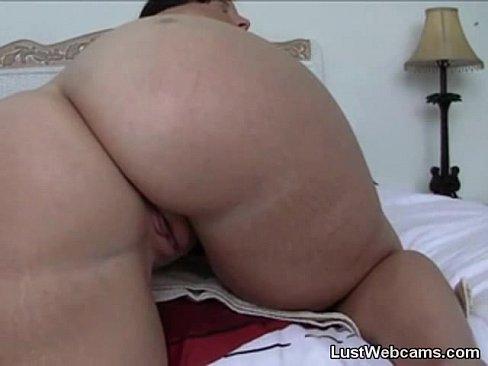Chubby cam girl dildoing her ass