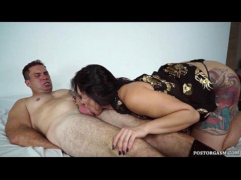 Masturbadora profissional faz o cara gozar