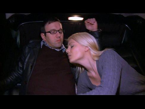 Sexo Selvagem No Banco De Trás De Carro