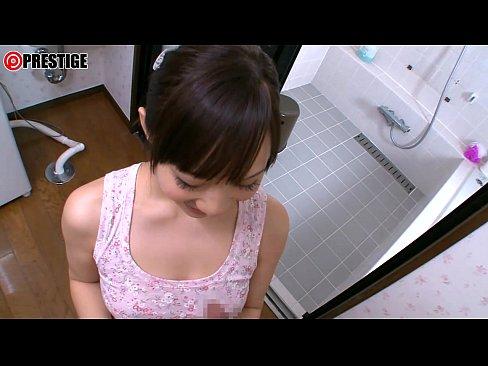 【フェラ動画】欲求不満の妻は風呂場までやってきていきなりチンコを咥え出すwww