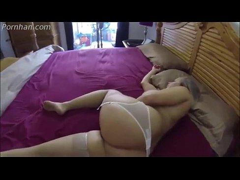 Gostosa peituda transando na cama