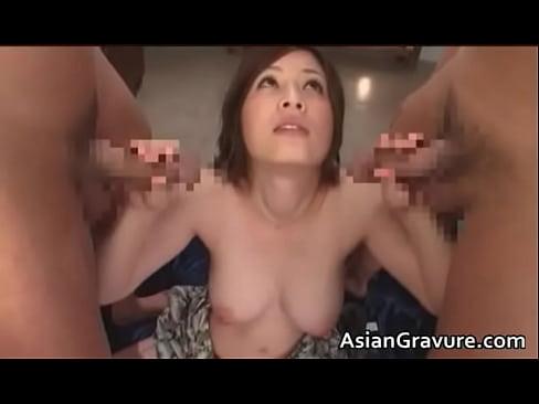【奥田咲】クッソえろい体した奥田咲が2本のチンポこを交互に手淫&オー...