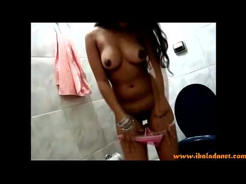 Crente Gostosa Tirando A Roupa No Banheiro