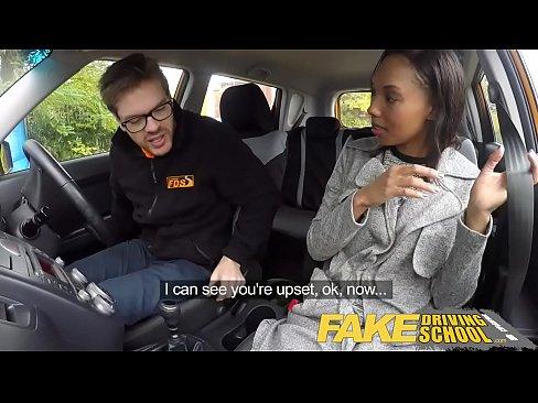 Negresa Se Fute Cu Un Barbat Care O Invata Sa Conduca Masina