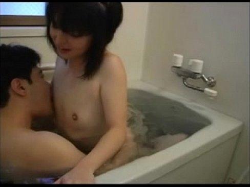 【無料エロ動画】ちっぱい幼いータガールと一緒におBUSルームに入って...