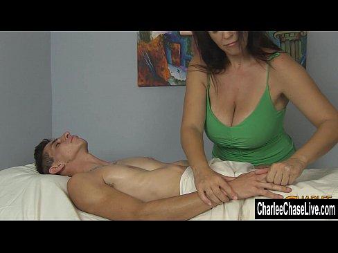 Mulher madura batendo punheta no garoto