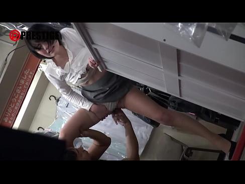 黒髪ショートヘア美人娘の鈴村あいりがクリーニング店でいきなりSEX
