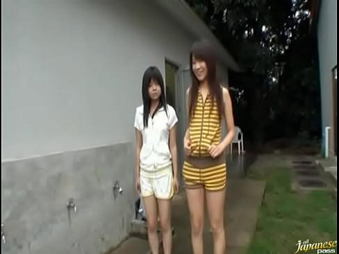 長身のギャル系華奢娘と、ロリ顔娘に野外でおしっこをさせるというマニアックエロ動画