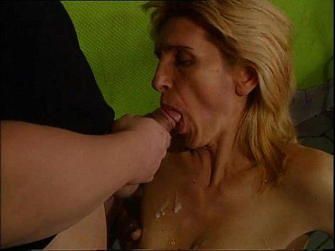 Охранник бара трахает пожилую уборщицу блондинку