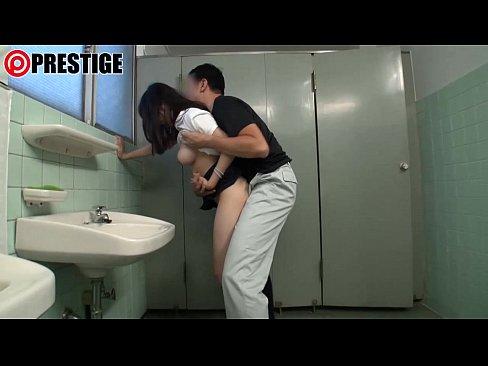 素人人妻が男に無理やりチンポ握らされてそのままセックス
