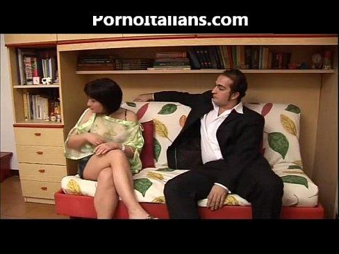 Il pompino della mora porca italiana sul divano - porno italiano milf italian