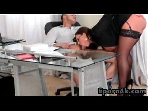 Secretara Suge Pula La Birou Ca Sa Primeasca O Prima