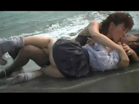 波打ち際でレズプレイしちゃってるエッチな美少女!
