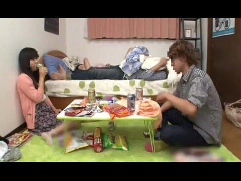 【無料エロ動画】宅呑みをしている男女二人がお酒に酔っていきなりドむっ...