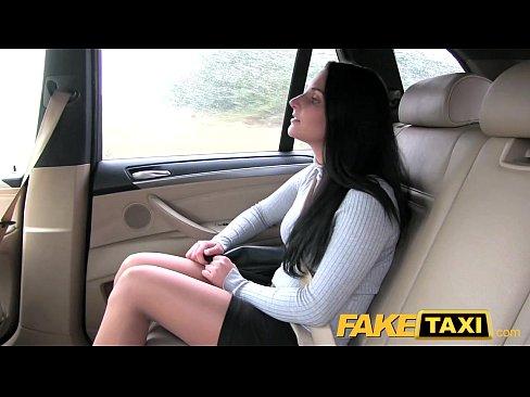 Taxista  Convence Morena Gostosa A Foder Dentro Do Táxi