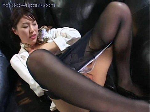 【無料エロ動画】ヤリマン下半身軽女がソファーの上ですさまじく着衣マス...