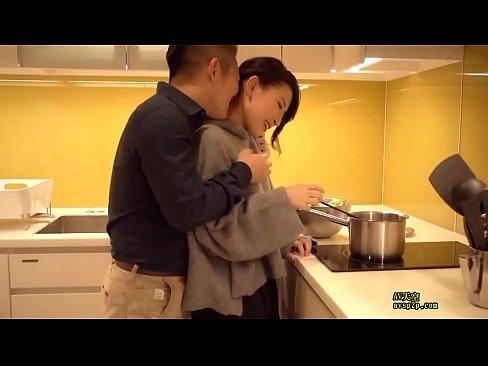 セレブな美人妻とキッチンでいちゃいちゃベロチューH!