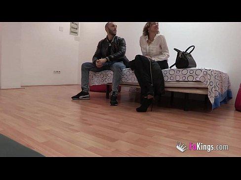 Imagen video Una vieja recien divorciada quiere volver a prenderse como lo hacia cuando tenia 20 añod y que mejor que con una verga joven