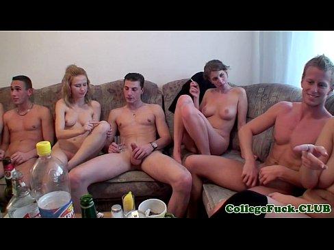 Orgie Porno La Un Tip Acasa Unde Fac Petrecere Si Se Imbata Pizdele