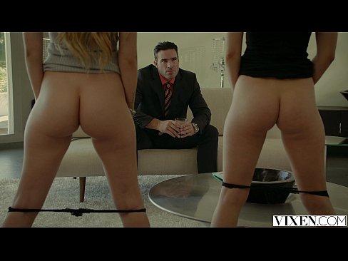 De castigo por hacer mal su trabajo el jefe les da unas cogidas en trío a las dos lindas jovencitas rubias