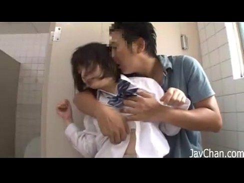 【成海うるみ】WCで無理やり犯すされてる女子高生の成海うるみがマジで...