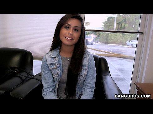 Imagen video Linda morena latina dejando ver lo candente que se vuelve en su primer casting para follar