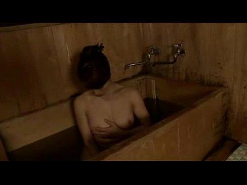 綺麗な巨乳ボディがソソる美熟女がアソコにシャワーをあててオナニーおっぱい動画見放題