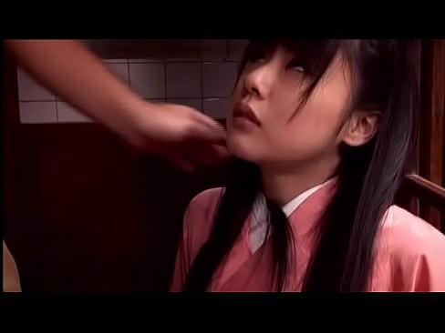 着物の素人女性の無料エロ動画。着物たくしあげ美尻まる出しの和服ロリ少女に変態のご主人様が性的悪戯!