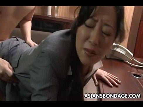 巨尻の熟女のバック無料おばさん動画。会社の社長室でオマ○コをベロベロさ...