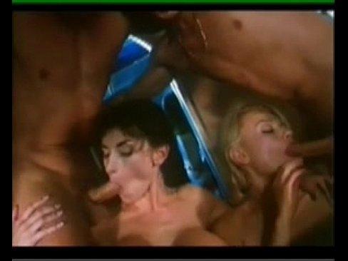 Групповой анальный секс на борту самолёта с брюнеткой и блондинкой
