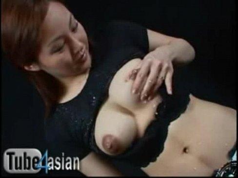 【素人】妊婦の奥様が巨乳鷲掴み自ら母乳搾ってピュピュ〜っと乳首から噴射...