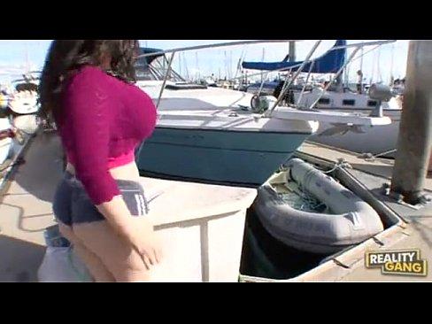 Morena peituda fazendo anal na marina