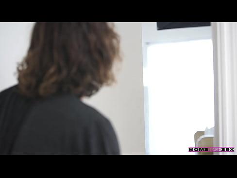Mae ensinando sexo ao enteado