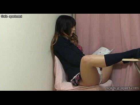 【ライブ部屋】制服コスでエロ本片手にオナニーをするむっちりギャル風おねえさん。