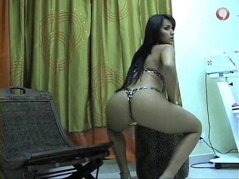 Modelo amadora pelada e de lingerie em sua casa posando pra fotos