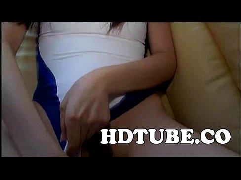 【無料エロ動画】ロリータ娘が着ている競泳スイムスーツをずらしてちんぽ...