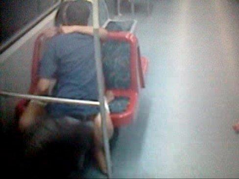 Malandro traçou a namorada no trem em SP