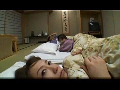 【無料エロ動画】年頃の男女がホテルで雑魚寝してたら当然の如く4Pパー...