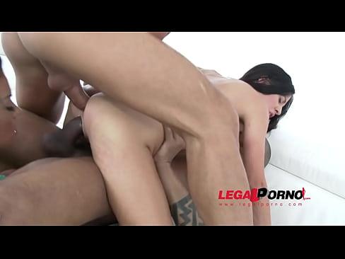 Inga Devil & Eveline participando de sexo anal a 4
