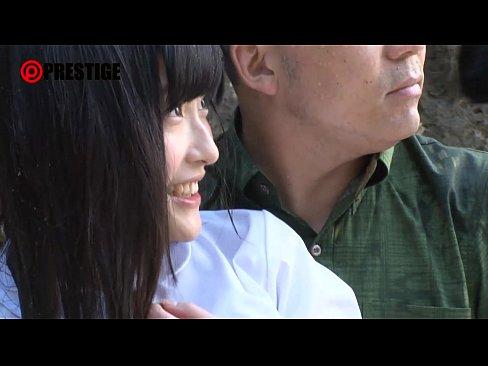【沖縄の美白女子校生】浜辺でおっさんとイチャイチャしてたら更に若い男2人が加わり4P乱交。