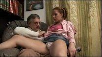 Pai chupando os peitinhos durinhos da filha