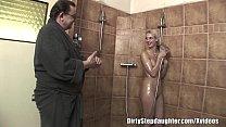 Pai safado deu banho na sua filha loira e transou gostoso com ela