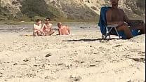 pegação na praia de nudismo