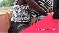 Papy baise une bonne black avec son jeune pote ...