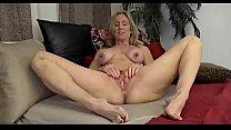 Velha se masturbando e gozando na webcam