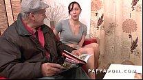 Papy se tape une grosse salope dans la salle d ...