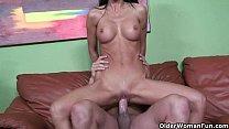 Slut milf Tabitha Stevens fingers her ass while...