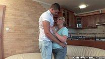 Mãe safada liberou a sua buceta para o seu filho