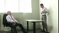 Chefe fodendo a bunda do funcionário no escritório