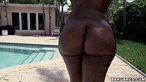 negra gostosa se exibindo na piscina